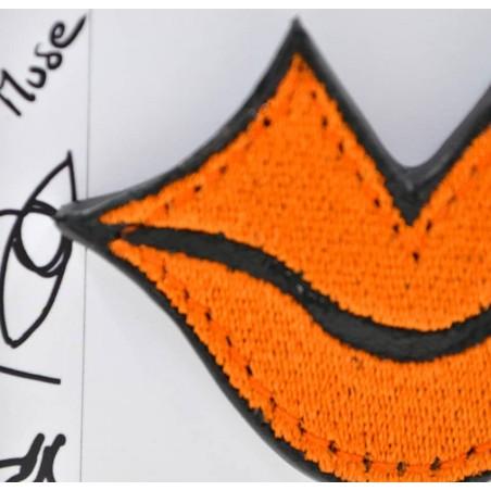 Broche femme MUSE brodée orange GLORIA BALENSI sur cuir de veau, vue zoom de face