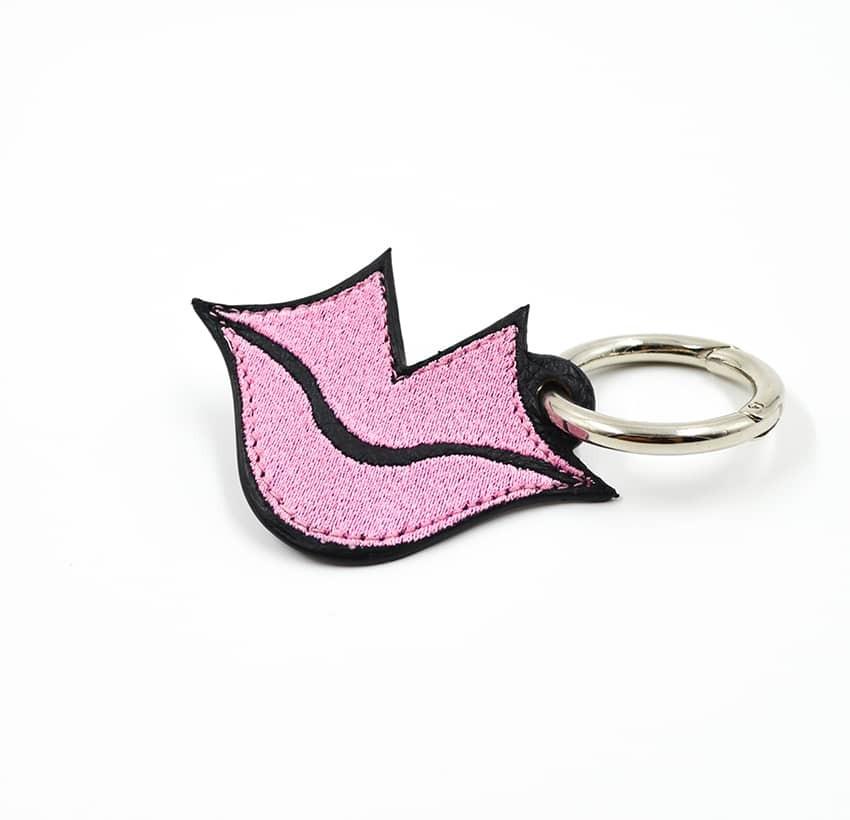 Porte-clés brodé rose sur cuir GLORIA BALENSI, confectionné à la main en France vue devant.