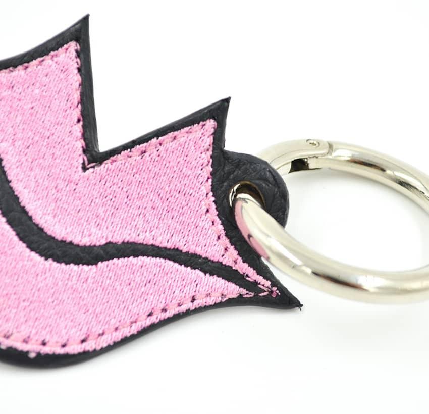 Porte-clés brodé rose sur cuir GLORIA BALENSI, confectionné à la main en France vue zoom devant