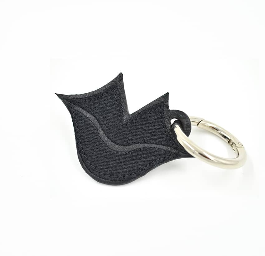Porte-clés brodé noir sur cuir GLORIA BALENSI, confectionné à la main en France vue devant.