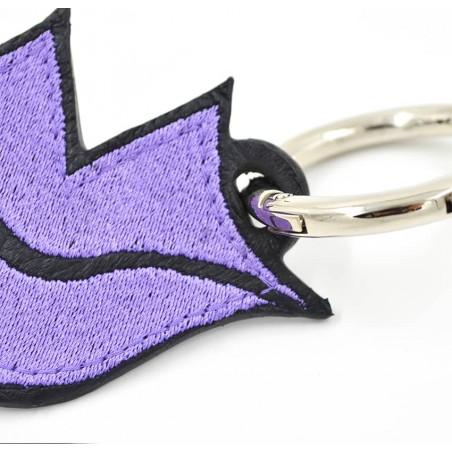 Porte-clés GLORIA BALENSI violet, brodé sur cuir, fait à la main, vue zoom devant