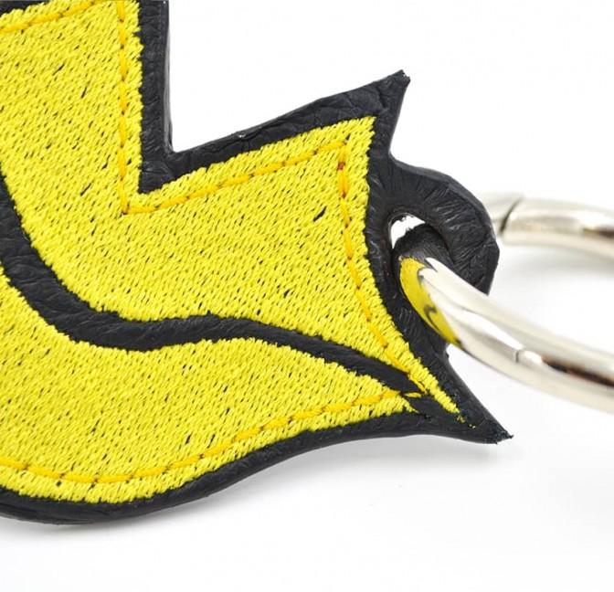 Porte-clés GLORIA BALENSI jaune, brodé sur cuir, fait à la main, vue zoom devant
