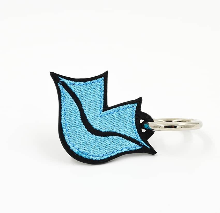 Porte-clés GLORIA BALENSI bleu ciel, brodé sur cuir, fait à la main, vue devant