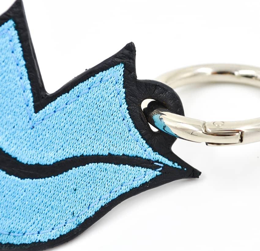 Porte-clés GLORIA BALENSI bleu ciel, brodé sur cuir, fait à la main, vue zoom devant