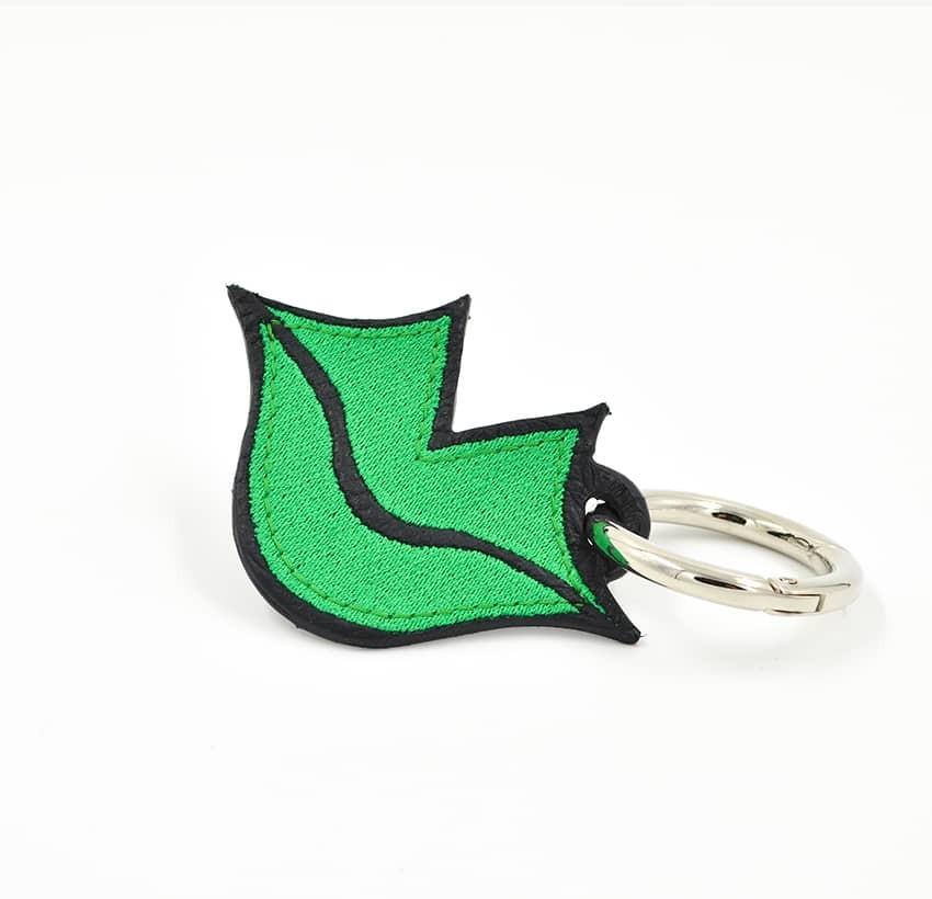 Porte-clés brodé vert sur cuir GLORIA BALENSI, confectionné à la main en France vue devant.