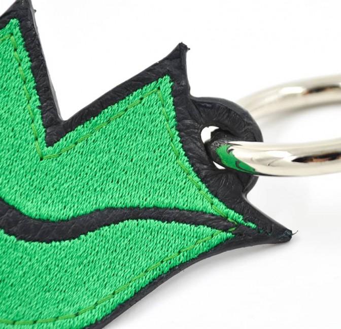 Porte-clés brodé vert sur cuir GLORIA BALENSI, confectionné à la main en France vue zoom devant
