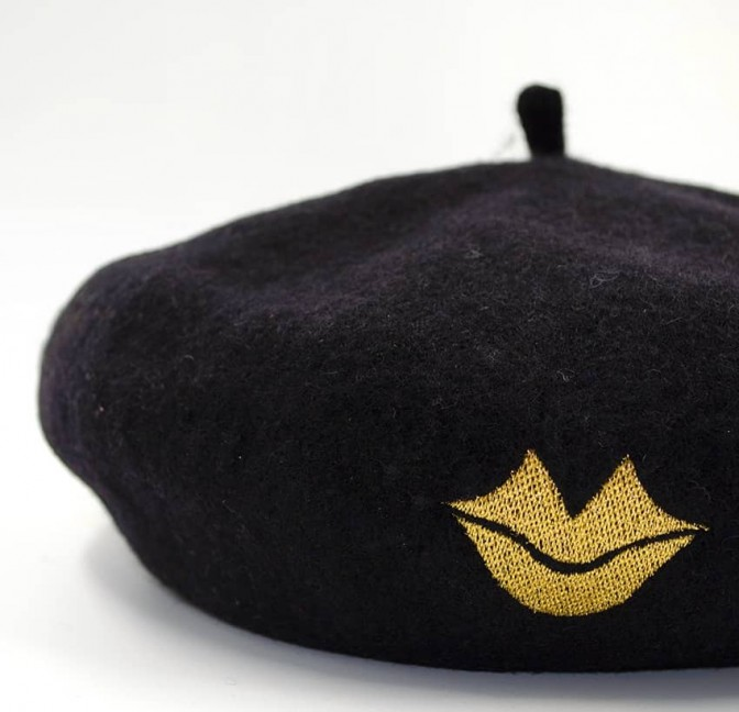 Black wool beret with gold mouth embroidery, zoom view | Gloria Balensi
