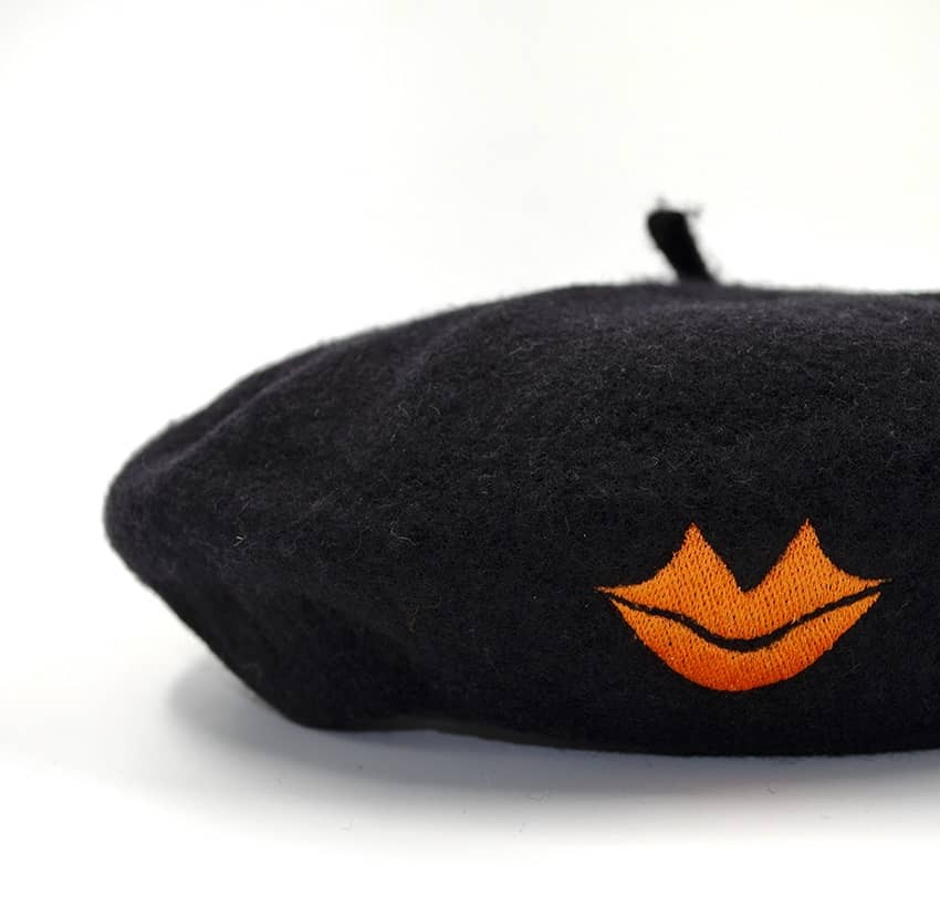 Béret en laine noir avec broderie bouche orange, vue zoom | Gloria Balensi