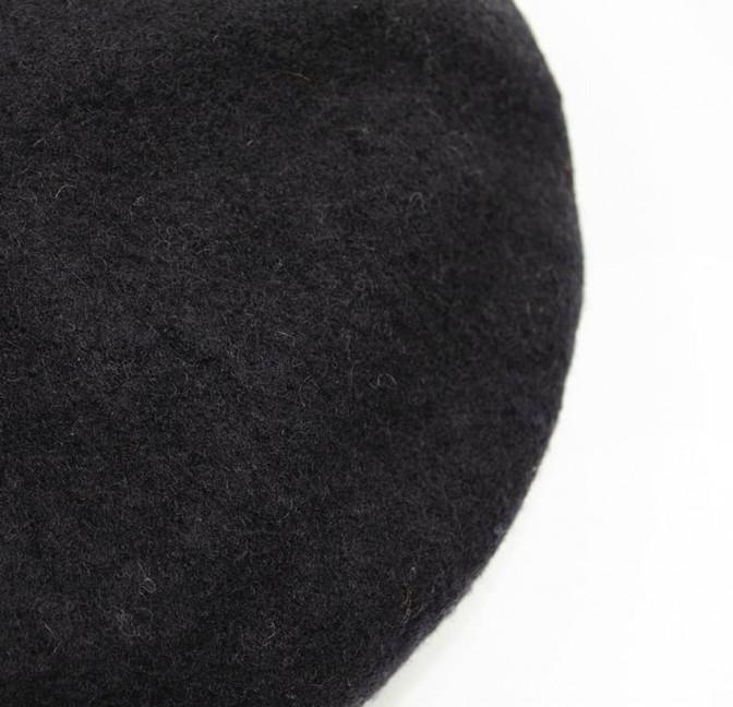 Béret en laine noir avec broderie bouche orange, vue dessus | Gloria Balensi
