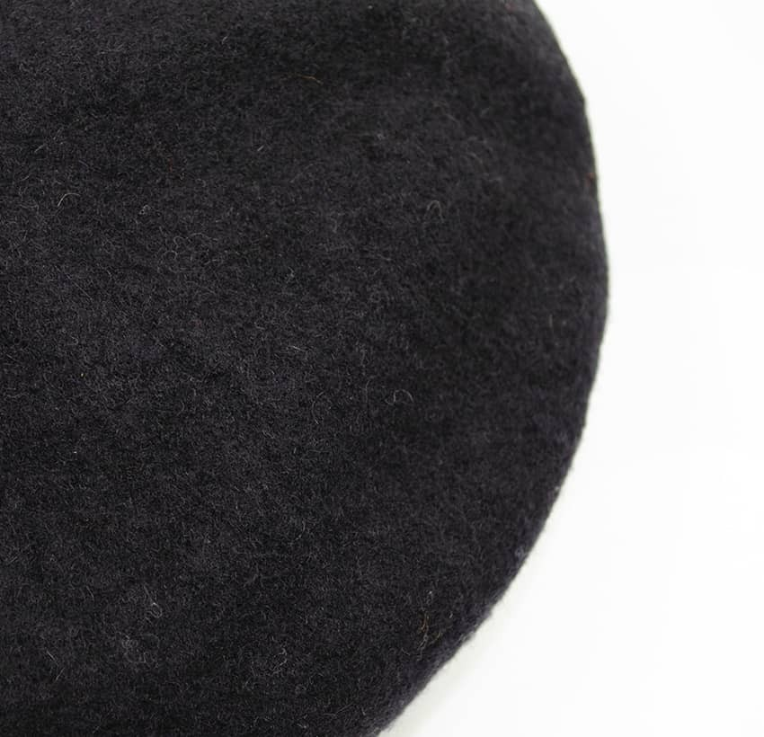 Black wool beret with orange mouth embroidery, top view | Gloria Balensi