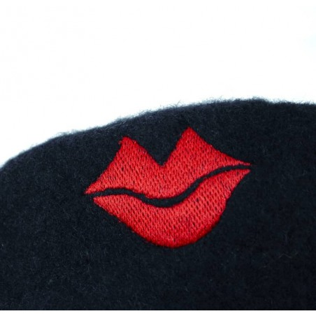 Béret en laine noir avec broderie bouche rouge, vue broderie bouche rouge  Gloria Balensi