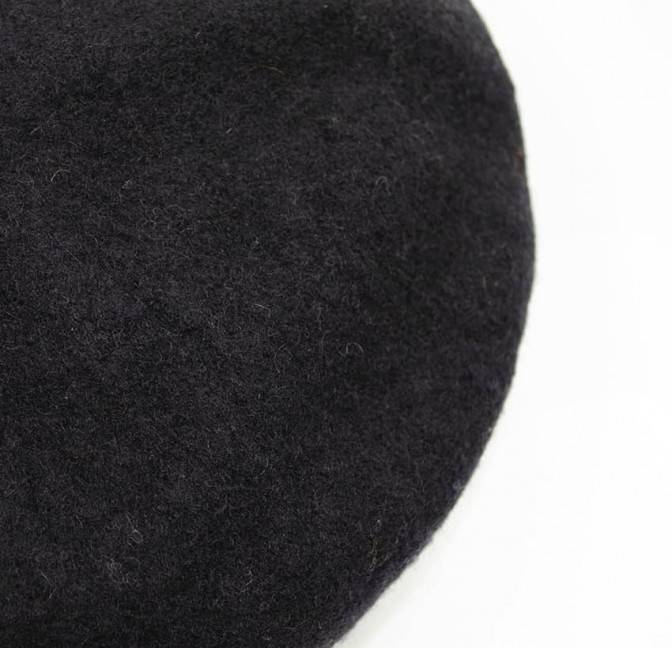 Black wool beret with red mouth embroidery, top view | Gloria Balensi
