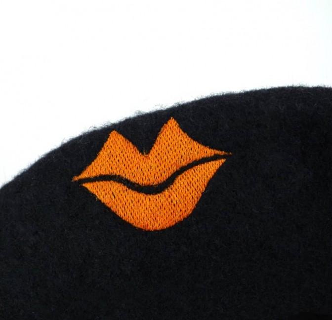 Béret en laine noir avec broderie bouche orange, vue broderie bouche orange| Gloria Balensi