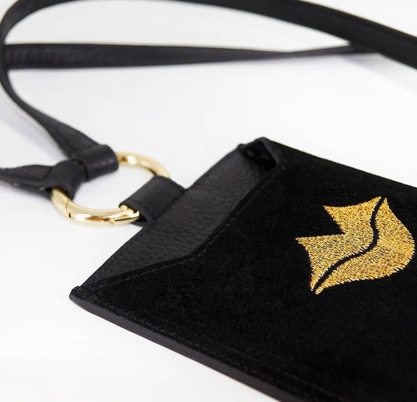 Pochette téléphone noir cuir daim, broderie bouche or TÉLI, vue 7 | Gloria Balensi