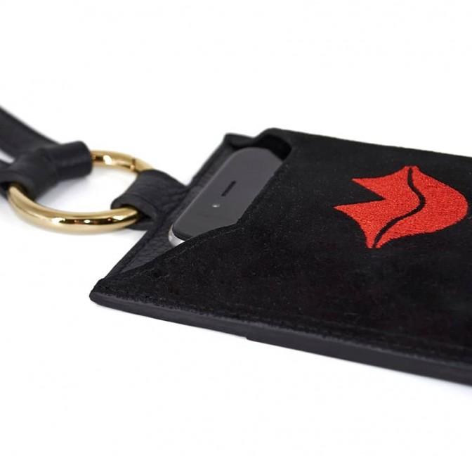 Pochette téléphone noir TÉLI, vachette et daim, broderie bouche rouge, vue couchée 2 | Gloria Balensi