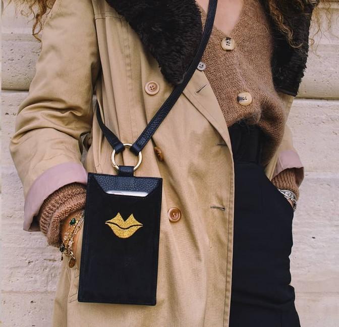 Pochette téléphone femme TÉLI, noir et doré en cuir de velours, vue look 1 | Gloria Balensi