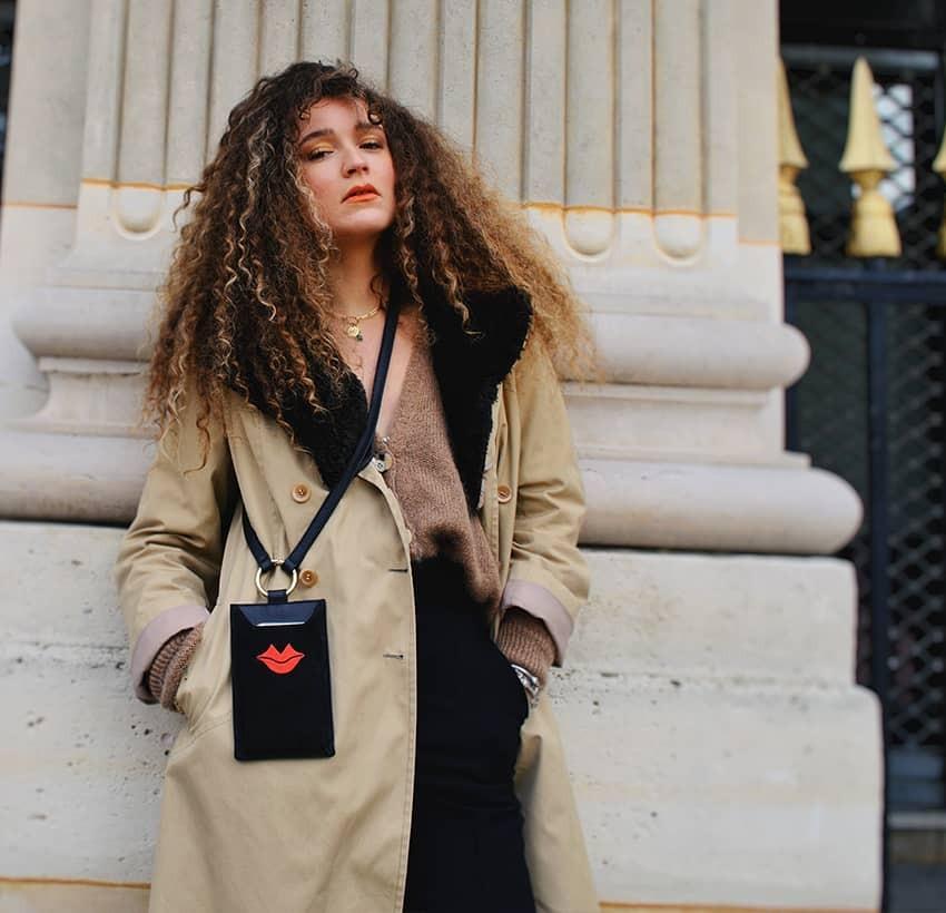 Pochette téléphone noir TÉLI, vachette et daim, broderie bouche rouge, vue look 1 | Gloria Balensi
