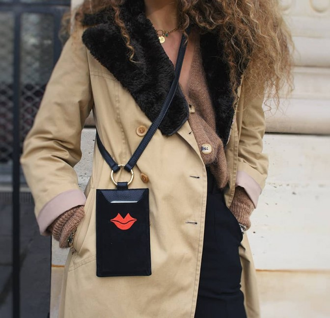 Pochette téléphone noir TÉLI, vachette et daim, broderie bouche rouge, vue look 2 | Gloria Balensi
