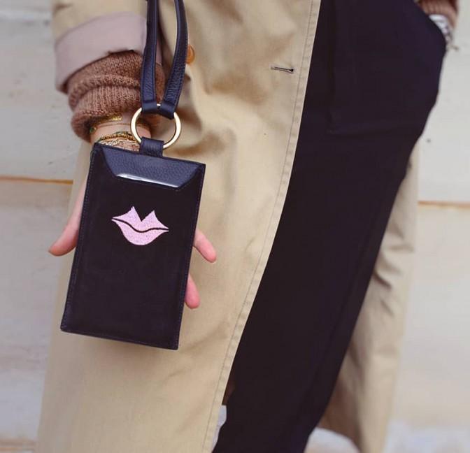 Pochette téléphone femme TÉLI, noir et rose en cuir de velours, vue look 1 | Gloria Balensi