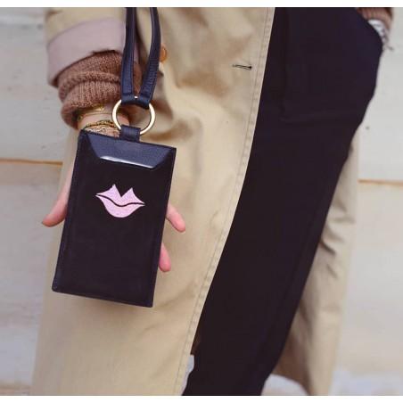 Pochette téléphone noir cuir daim, broderie bouche rose TÉLI, vue 1 | Gloria Balensi