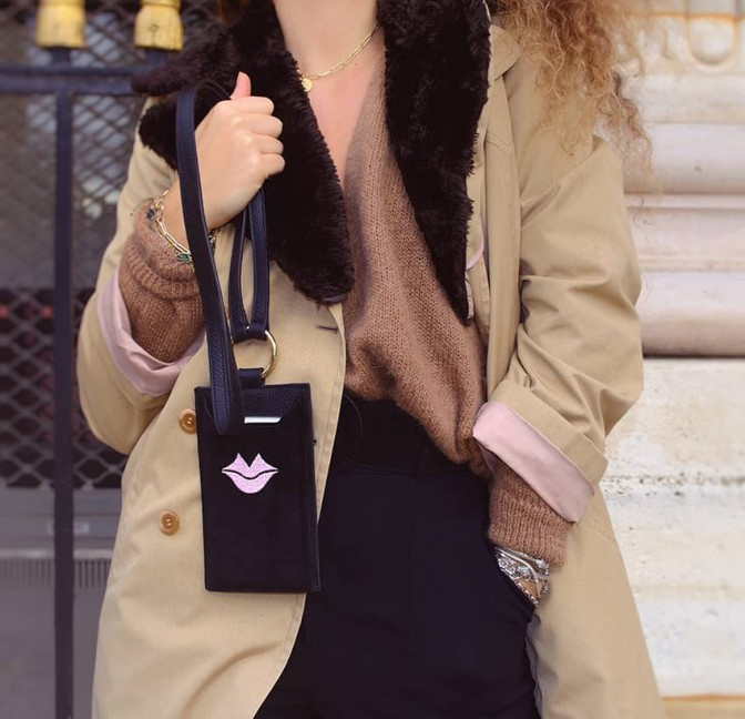 Pochette téléphone noir cuir daim, broderie bouche rose TÉLI, vue 6 | Gloria Balensi