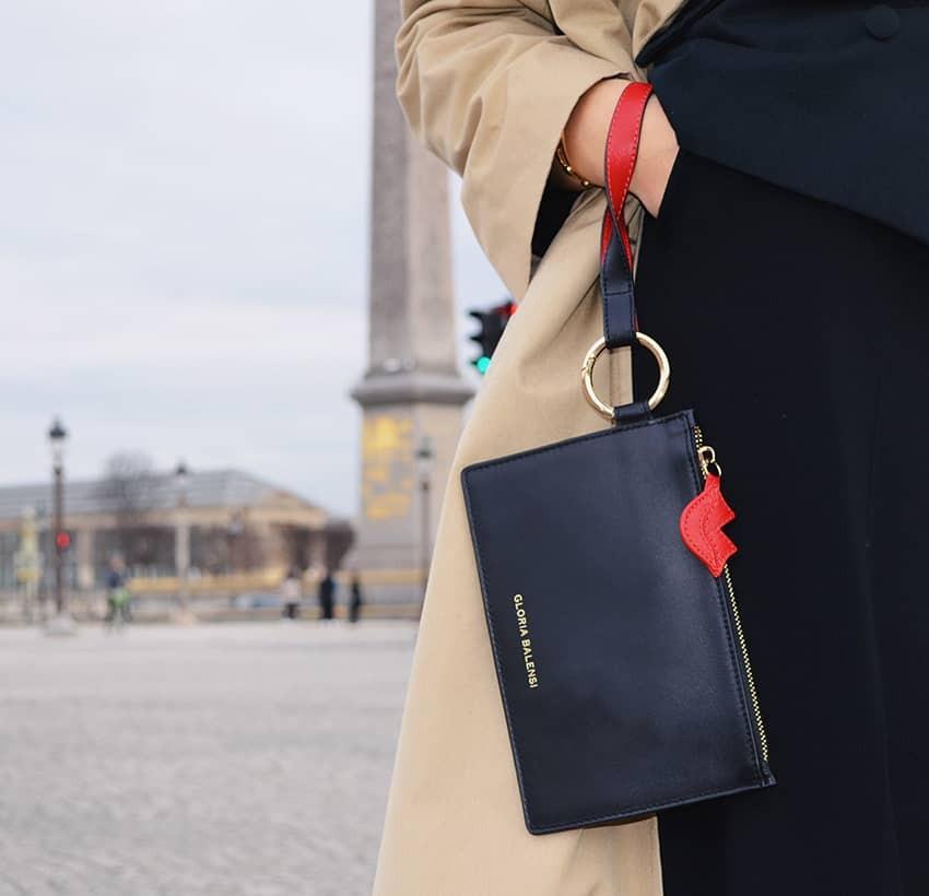 Pochette zippée en cuir noir ISADORA, bouche rouge, visuel d'ambiance | Gloria Balensi