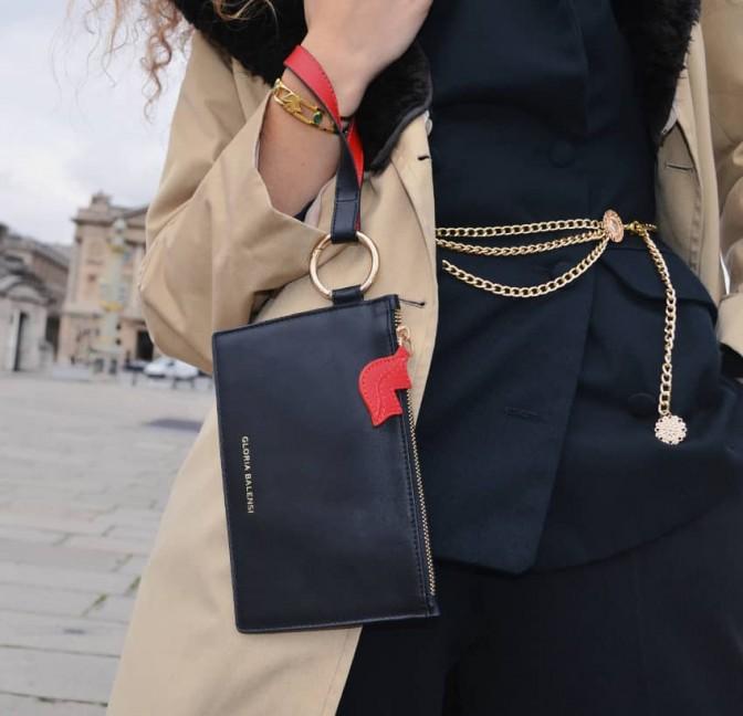 Pochette zippée en cuir noir ISADORA, bouche rouge, vue look 2 | Gloria Balensi