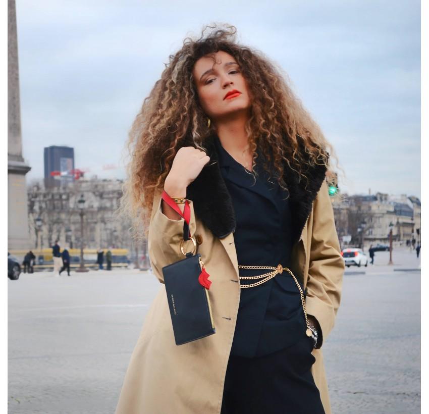 Pochette zippée en cuir noir ISADORA, bouche rouge, vue look 1 | Gloria Balensi