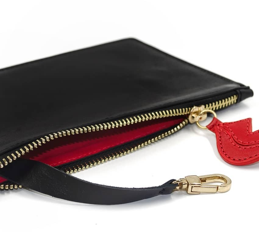 Pochette zippée en cuir noir ISADORA, bouche rouge, vue couchée | Gloria Balensi
