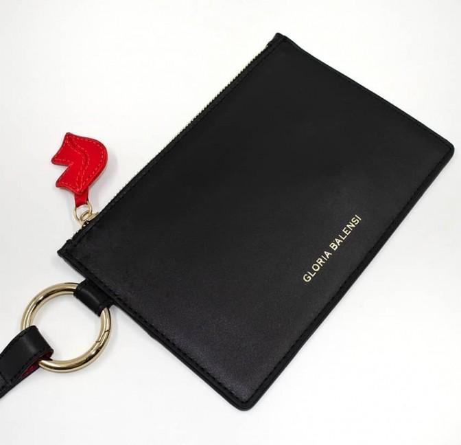 Pochette zippée en cuir noir ISADORA, bouche rouge, vue de haut | Gloria Balensi