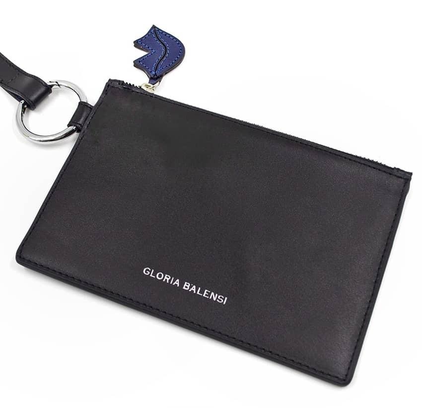 Pochette zippée en cuir noir ISADORA, bouche bleu marine, vue de haut | Gloria Balensi