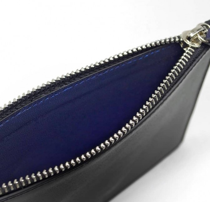 Pochette zippée en cuir noir ISADORA, bouche bleu marine, vue doublure | Gloria Balensi