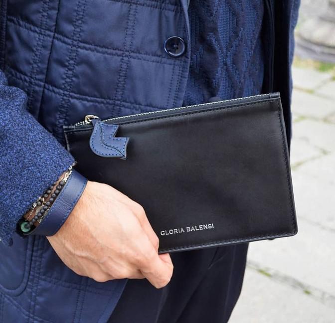 Pochette zippée en cuir noir ISADORA, bouche bleu marine, vue look 2 | Gloria Balensi
