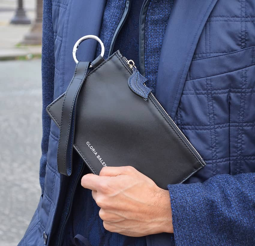 Black leather Zipped pouch ISADORA, navy blue mouth, ambient  view  | Gloria Balensi