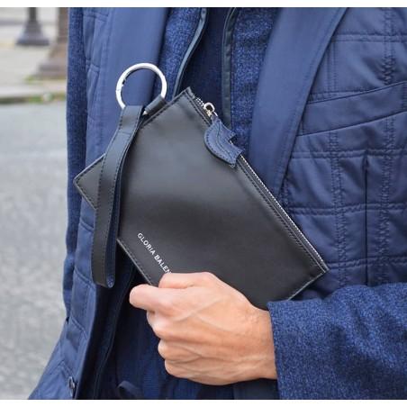 Pochette zippée en cuir noir ISADORA, bouche bleu marine, visuel d'ambiance | Gloria Balensi