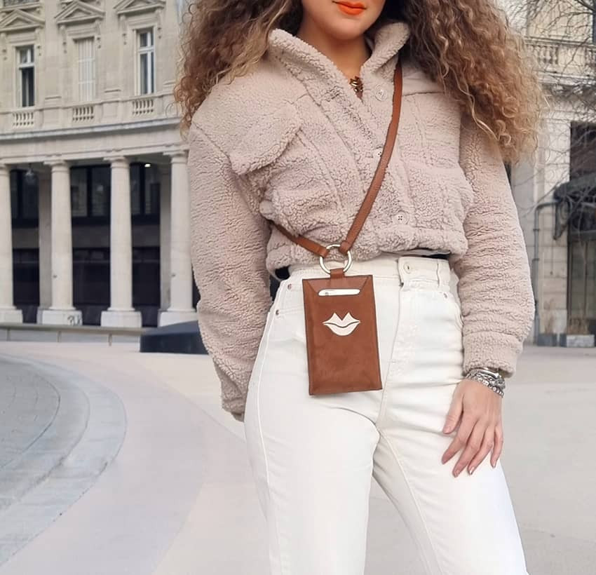 Pochette téléphone camel cuir daim, broderie bouche beige TÉLI, vue 4 | Gloria Balensi